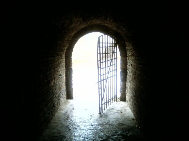 Light_on_door_at_the_end_of_tunnel